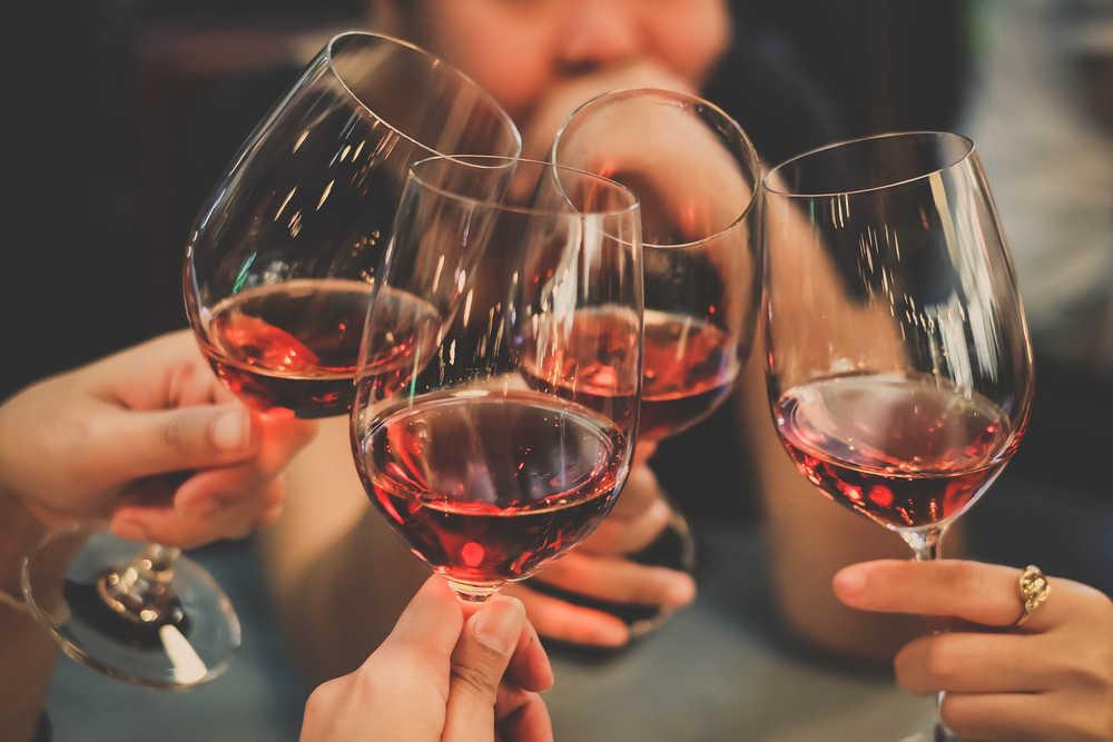 Cuídate de cometer estos errores de principiante al beber vino